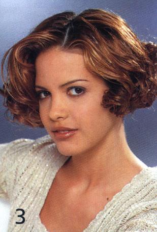 Прическа: Романтическая прическа: волосы накрутить на бигуди среднего размера, уложить только пальцами.