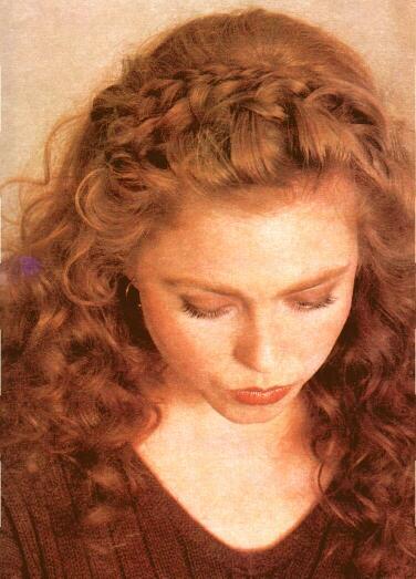 Французская коса, уложенная в виде обруча.