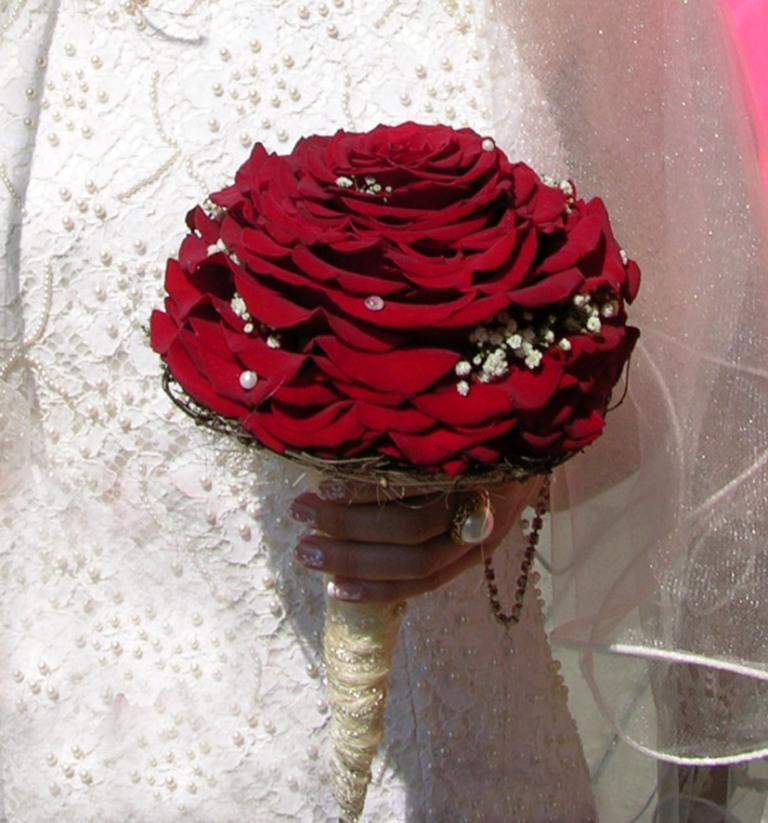 Выбрать букет невесты отнюдь не просто. Свадебный букет должен отличаться изяществом, но быть при этом эффектным, и, конечно же, важно