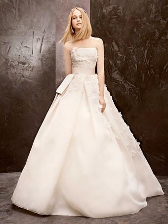 ba9cdaab55e2cd2 Марка Vera Wang выпустила осенне-зимнюю свадебную коллекцию линии White by  Vera Wang. В подборку вошли платья как для самой невесты, так и для ее  подружек.